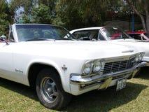 Impala convertible de Chevrlet de couleur blanche à Lima Image stock