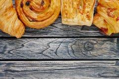 Impani Denis ed il croissant sul fondo di legno di vista superiore con lo spazio della copia fotografia stock libera da diritti