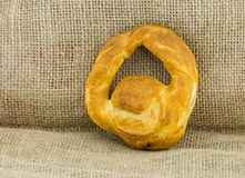 Impani il morso veloce delle merci al forno, pagnotta rotonda con una tradizione della maniglia della Russia fotografie stock