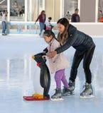 Imparando al pattino di ghiaccio Fotografie Stock