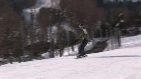 Imparando allo snowboard in Saalbach-hinterglemm Austria archivi video