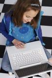 Imparando come uso un computer portatile Fotografia Stock