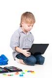 Imparando con il computer portatile isolato su bianco Fotografie Stock Libere da Diritti