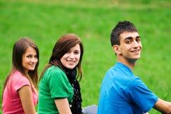 imparando gli allievi esterni giovani Fotografia Stock Libera da Diritti
