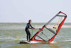 Imparando praticare il surfing a scuola della spuma, sul mare di Azov nella città del territorio di Yeisk Krasnodar, il 14 settem immagini stock