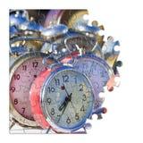 Impari dirigere i vecchi orologi di tavola colorati del tempo del metallo, conce fotografie stock