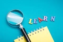 Impari il concetto inglese Tempo ad imparare le lingue Parola composta dalle lettere di legno di ABC del blocchetto variopinto di fotografie stock