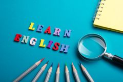 Impari il concetto inglese Tempo ad imparare le lingue Parola composta dalle lettere di legno di ABC del blocchetto variopinto di fotografia stock libera da diritti