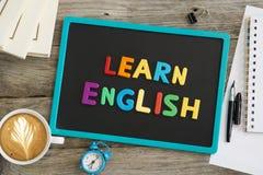 Impari il consiglio inglese con le lettere colourful sulla lavagna fotografie stock