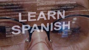 Impari il testo spagnolo su fondo di sviluppatore femminile stock footage