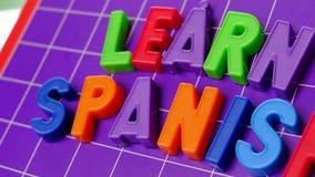 Impari l'alfabeto di lingua spagnola sulle lettere dei magneti stock footage