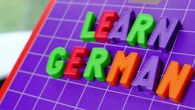 Impari l'alfabeto di lingua tedesca sulle lettere dei magneti stock footage