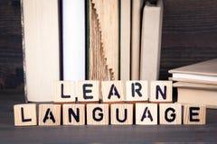 Impari la lingua, lettere di legno sulla tavola di legno Fondo di istruzione, di successo e di comunicazione fotografia stock libera da diritti