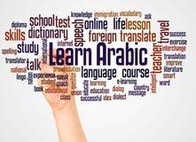 Impari la nuvola e la mano arabe di parola con il concetto dell'indicatore fotografia stock
