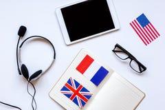 Impari lo stile di vita online di lingua sulla vista superiore del fondo bianco della tavola Immagine Stock Libera da Diritti