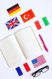 Impari lo stile di vita online di lingua sulla vista superiore del fondo bianco della tavola Immagini Stock Libere da Diritti