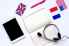 Impari lo stile di vita online di lingua sulla vista superiore del fondo bianco della tavola Immagini Stock