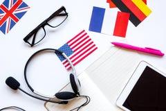 Impari lo stile di vita online di lingua sulla vista superiore del fondo bianco della tavola Fotografia Stock