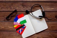 Impari lo stile di vita online di lingua sulla vista superiore del fondo di legno della tavola Fotografia Stock