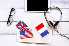 Impari lo stile di vita online di lingua sulla vista superiore del fondo di legno della tavola Fotografia Stock Libera da Diritti