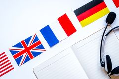 Impari lo stile di vita online di lingua sul principale bianco vi del fondo della tavola fotografia stock