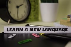 Impari una nuova lingua sulla carta isolata su scrittorio Concetto di ispirazione e di affari fotografie stock libere da diritti