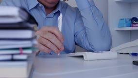 Impatiently maakt de zakenman rusteloze gebaren met een potlood op de bureauoppervlakte stock video
