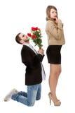 Impegno delle coppie con le rose rosse fotografia stock libera da diritti