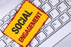 Impegno sociale del testo di scrittura di parola Il concetto di affari per il post ottiene gli alti annunci SEO Advertising Marke Fotografia Stock