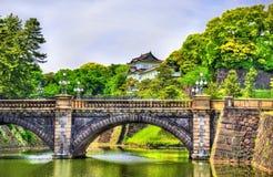 Imperialistisk slott med den Nijubashi bron i Tokyo arkivfoton