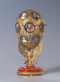 Imperialistiskt Faberge ägg i imperialistisk slott i St Petersburg, Ryssland Royaltyfria Bilder