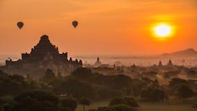 Imperio antiguo Bagan Of Myanmar And Balloons en salida del sol metrajes