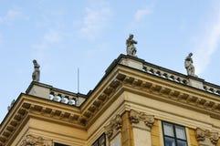 Imperio austrohúngaro: Figuras en el tejado del Schoenbrunn Foto de archivo
