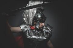 Imperio, legionario romano pretoriano y capa, armadura y swor rojos Foto de archivo