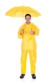 Impermeabile dell'uomo maturo ed ombrello d'uso di tenuta fotografia stock libera da diritti