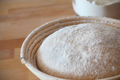 Impermeabilização Whole-grain da massa de pão em uma cesta do baneton Imagens de Stock Royalty Free