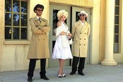 Impersonator Marylin Monroe och pojkar i Barselona. Marylin var a Royaltyfria Bilder