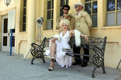Impersonator Marylin Monroe och pojkar i Barselona Spanien 16 Juni Fotografering för Bildbyråer