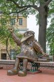 Impertinente la scultura della mascotte della scuola del gallo da combattimento Immagine Stock