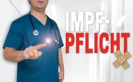 Impfpflicht i tyskt vaccineringbegrepp visas av doktorn arkivfoto