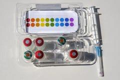 Impfstoff in der Phiole mit Spritze auf weißem Hintergrund stockfotografie