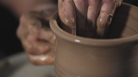 Impianti dell'uomo con il tornio da vasaio e l'argilla La ceramica di lavoro manuale e l'argilla fanno attenzione a archivi video