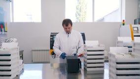 Impianti dell'uomo in laboratorio stock footage