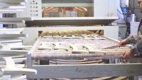 Impianti dell'uomo sulla linea di pittura automatica fine su archivi video