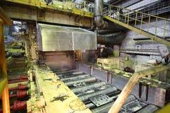 Impianti della pressa di stampaggio nel negozio di produzione Immagini Stock