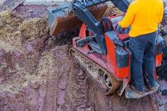 Impianti dello scavo al cantiere Bulldozer o una zona di scarico rifiuti del caricatore dell'escavatore a cucchiaia rovescia fotografia stock libera da diritti