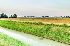 impianti di irrigazione al tramonto nella campagna Fotografia Stock