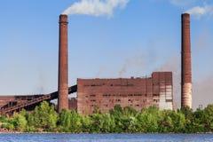 Impianti metallurgici sulla riva del fiume Immagini Stock