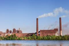 Impianti metallurgici sulla riva del fiume Fotografia Stock Libera da Diritti