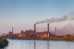 Impianti metallurgici sulla riva del fiume Fotografie Stock Libere da Diritti